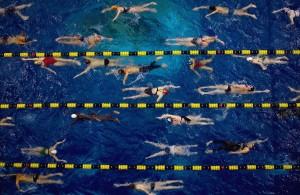 Pływacka rozgrzewka w wodzie często przypomina piekło