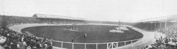 White City Stadium i pierwszy sztuczny basen olimpijski widoczny po prawej. [fot. domena publiczna]
