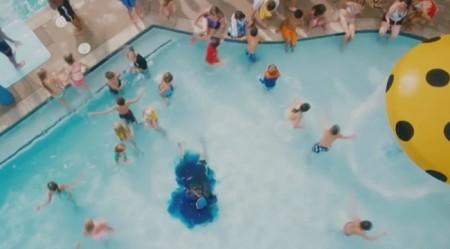 """Pływackie mity. Scena z filmu """"Grown ups"""""""