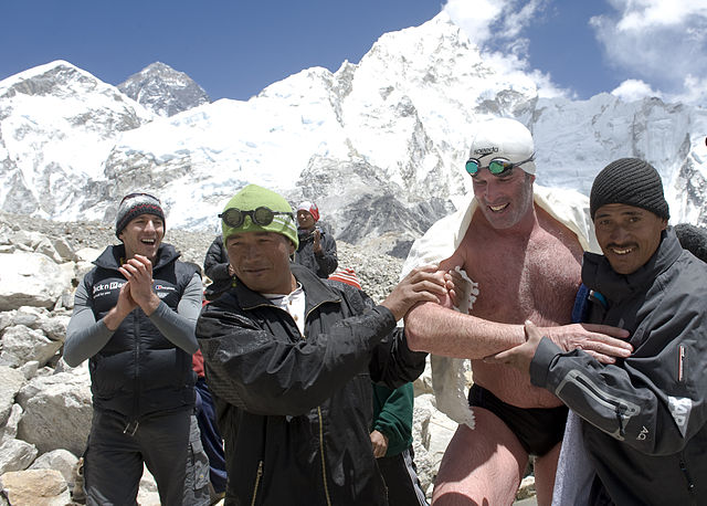 Lewis Pugh w otoczeniu Szerpów, po historycznym pływaniu pod Mount Everest