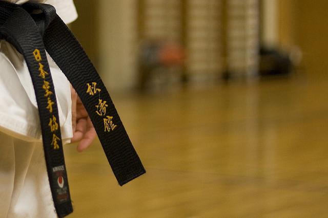 Czarny pas - symbol zdobycia mistrzostwa w sztukach walki.