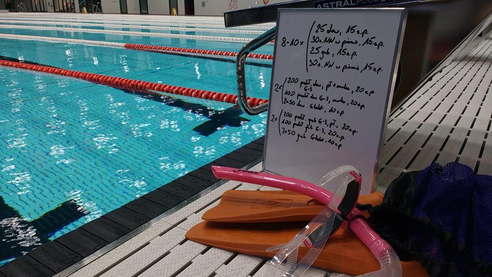 Płetwy, rurka i kawałek tablicy. Tyle nam potrzeba żeby poprawić pływanie na nogach. No dobra, gdzieś tu się jeszcze zawieruszyła deska.