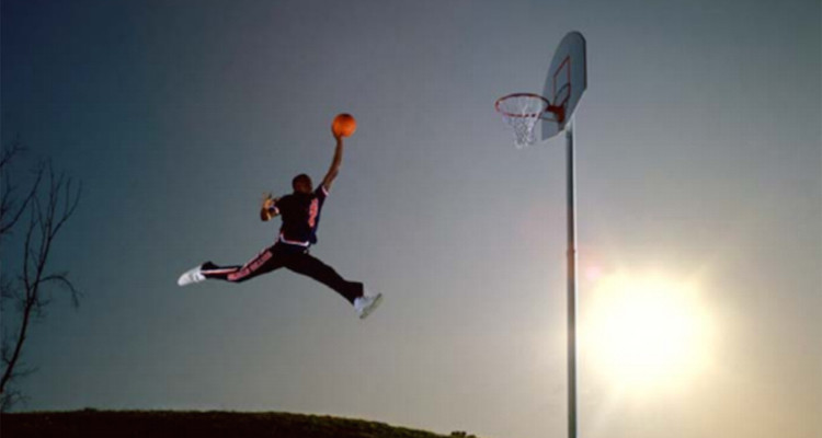 Legendarne zdjęcie Michaela Jordana jest chyba najlepszą insiracją do treningu mocy wyskoku. Fotografia pierwszy raz ukazała się w magazynie Life w 1984 r. autor: Jacobus Rentmeester.