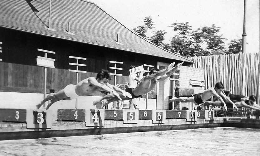 """Jedno z historycznych zdjęć zawartych w książce Julie Checkoway """"Three-Year Swim Club"""". Zdjęcie oryginalnie udostępnione przez Alexander and Baldwin Sugar Museum"""
