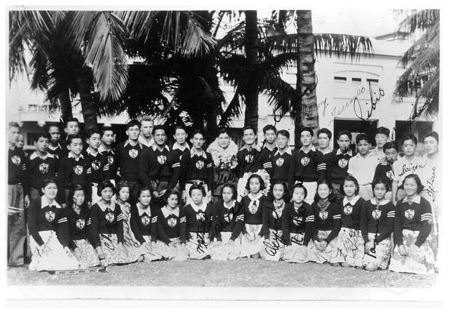 Three-Year Swim Club w nowych strojach klubowych. Jedno z historycznych zdjęć zawartych w książce Julie Checkoway. Zdjęcie oryginalnie udostępnione przez Alexander and Baldwin Sugar Museum