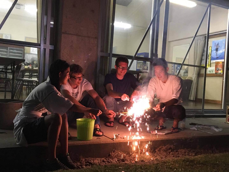 Hanabi, czyli japońskie fajerwerki. Takie nasze zimne ognie, ale też sporo innych rodzajów. [fot. Aiko Tachi]