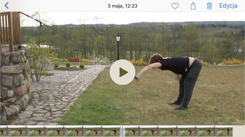 Ćwiczenia na gumach łatwo analizować na telefonach z systemem iOS. Dolny pasek pozwala na swobodne przewijanie w dowolne miejsce filmu, jest też bardzo precyzyjny.